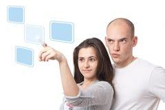 Paar dat op een virtuele aanrakingsinterface selecteert Royalty-vrije Stock Foto