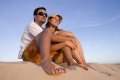 Paar dat op een zonsondergang let Stock Foto's