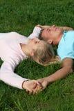 Paar dat op Gras ligt stock foto's