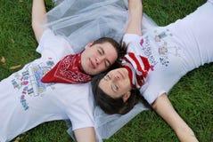 Paar dat op het gras droomt Royalty-vrije Stock Foto