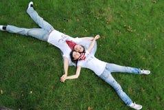 Paar dat op het gras droomt Royalty-vrije Stock Fotografie