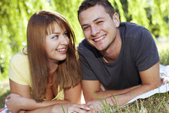 Paar dat op het gras legt stock foto