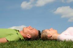 Paar dat op het Gras ligt Stock Fotografie