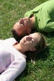 Paar dat op het Gras ligt Stock Foto