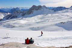 Paar dat op het skiån gebied rust stock afbeeldingen