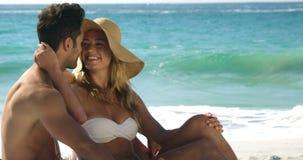 Paar dat op het strand koestert stock video