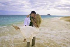 Paar dat op het strand loopt Stock Foto's