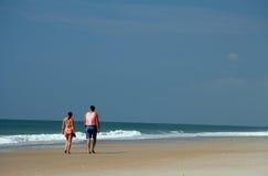 Paar dat op het strand loopt stock afbeelding