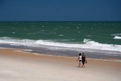 Paar dat op het strand loopt royalty-vrije stock afbeelding