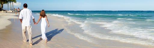 Paar dat op het strand loopt stock afbeeldingen