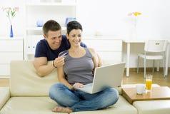 Paar dat op Internet winkelt stock foto