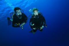 Paar dat op koraalrif duikt Royalty-vrije Stock Foto's
