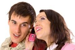 Paar dat op mobiel spreekt Stock Afbeeldingen