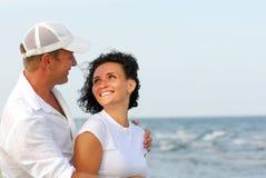 Paar dat op strand flirt Royalty-vrije Stock Fotografie