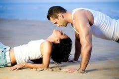 Paar dat op strand ligt royalty-vrije stock afbeelding