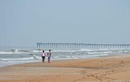 Paar dat op strand loopt Stock Afbeelding