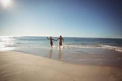 Paar dat op Strand loopt royalty-vrije stock afbeeldingen