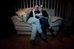 Paar dat op TV let Royalty-vrije Stock Foto's