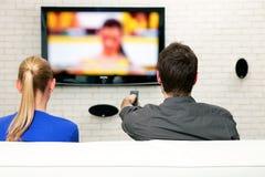Paar dat op TV let Royalty-vrije Stock Foto