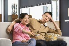 Paar dat op TV let. Royalty-vrije Stock Foto's