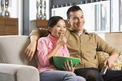 Paar dat op TV let. Royalty-vrije Stock Foto