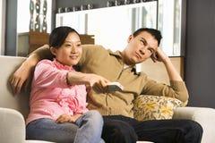 Paar dat op TV let. royalty-vrije stock fotografie
