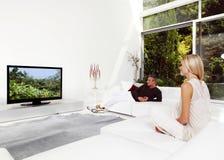 Paar dat op TV let Royalty-vrije Stock Fotografie