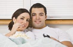 Paar dat op TV let Stock Afbeelding