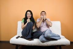 Paar dat op TV let een enge film Royalty-vrije Stock Fotografie