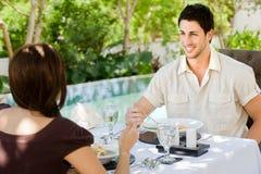 Paar dat in openlucht eet Royalty-vrije Stock Foto's
