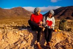 Paar dat in openlucht eet Stock Foto's