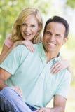 Paar dat in openlucht glimlacht stock foto