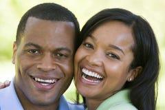 Paar dat in openlucht glimlacht Stock Foto's