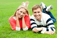Paar dat in openlucht van een zomerse dag geniet Stock Foto