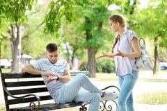 Paar dat in park debatteert Problemen in verhouding stock foto's