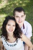 Paar dat in park omhelst dat gelukkig kijkt Royalty-vrije Stock Fotografie