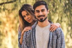 Paar dat in park rust royalty-vrije stock fotografie