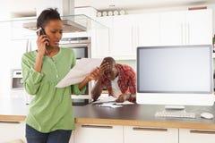 Paar dat Persoonlijke Financiën in Keuken bespreekt royalty-vrije stock afbeelding