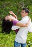 Paar dat pret in de tropische tuin heeft Royalty-vrije Stock Afbeeldingen