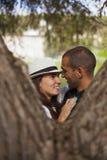 Paar dat pret heeft bij het park Stock Foto