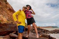 Paar dat pret heeft bij het strand royalty-vrije stock foto