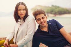 Paar dat pret heeft bij het strand stock fotografie