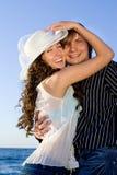 Paar dat pret heeft dichtbij overzees Royalty-vrije Stock Fotografie