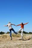 Paar dat pret heeft die tot een hartvorm samen leidt Stock Foto's