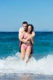 Paar dat pret in het water heeft Royalty-vrije Stock Fotografie