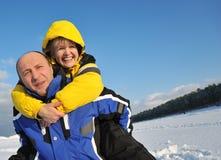 Paar dat pret op een de winterdag heeft stock fotografie