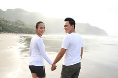 Paar dat pret op het strand heeft Stock Afbeeldingen