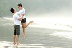 Paar dat pret op het strand heeft Stock Foto