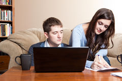 Paar dat rekeningen betaalt door online bankwezen Royalty-vrije Stock Fotografie