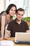 Paar dat rekeningen betaalt door online bankwezen Royalty-vrije Stock Afbeelding